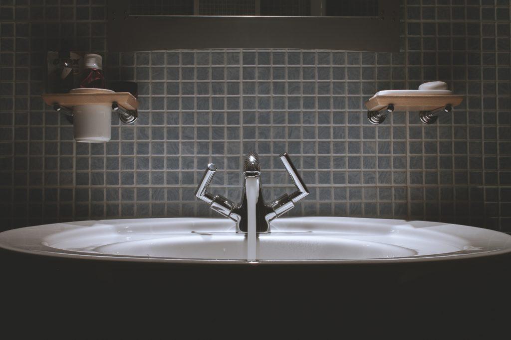 Sanitärtechnik: Waschbecken mit Wasserhahn