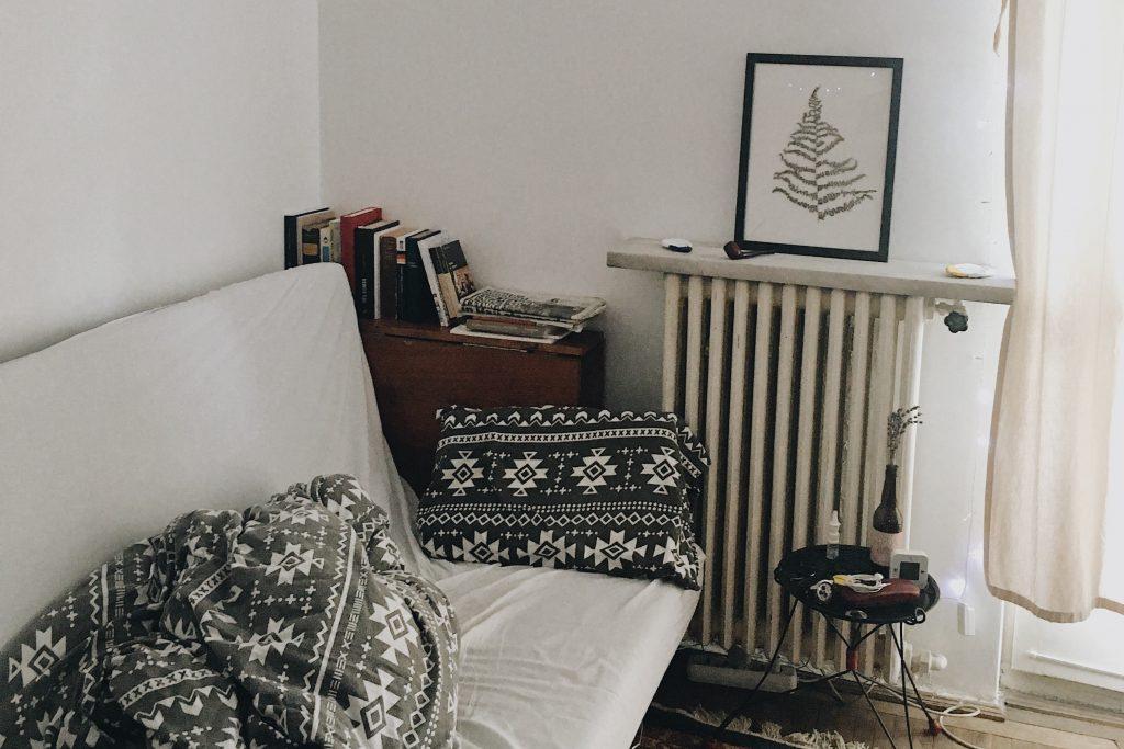 Zimmer mit Heizung und Bett
